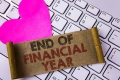 Pisać nutowej pokazuje końcówce rok finansowy Biznesowa fotografia pokazuje podatku czasu księgowości Czerwa bazy danych kosztu p Obraz Stock