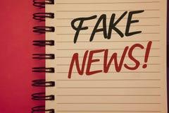 Pisać nutowej seans imitaci wiadomości Motywacyjnym wezwaniu Biznesowe fotografie pokazuje Fałszywych Niepotwierdzonych Ewidencyj obrazy royalty free