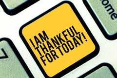 Pisać nutowemu seansowi Jestem Dziękczynni Dla Dzisiaj Biznesowy fotografii pokazywać Wdzięczny o utrzymaniu jeden więcej dzień f zdjęcie royalty free