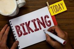 Pisać nutowy pokazuje Jechać na rowerze Biznesowa fotografia pokazuje przejażdżka motocyklu lub bicyklu Delievering pakunku Indyw obraz stock