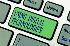 Pisać nutowych pokazuje Używa technologiach cyfrowych Biznesowy fotografii pokazywać używa cyfrową informację zawiera zdjęcia royalty free