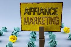 Pisać nutowym pokazuje Affiance marketingu Biznesowa fotografia pokazuje łączący dwa lub więcej firmy w to samo odpowiada wspólne Zdjęcia Royalty Free