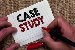 Pisać nutowym pokazuje badaniu przypadków Biznesowa fotografia pokazuje A przedmiot dyskutować i odnosić sie tematu mężczyzna ręk obraz stock