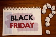 Pisać nutowym pokazuje Black Friday Biznesowe fotografie pokazuje Specjalne sprzedaże po dziękczynienie zakupy pomijają odprawę Obrazy Royalty Free