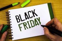 Pisać nutowym pokazuje Black Friday Biznesowe fotografie pokazuje Specjalne sprzedaże po dziękczynienie zakupy pomijają odprawę Zdjęcie Royalty Free