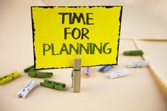 Pisać nutowym pokazuje czasie Dla Planować Biznesowa fotografia pokazuje początek projekt Robi decyzjom Organizatorskiemu rozkład Obrazy Stock