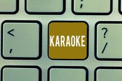 Pisać nutowym pokazuje karaoke Biznesowa fotografia pokazuje rozrywka śpiew wzdłuż instrumentalnej muzyki bawić się a fotografia stock
