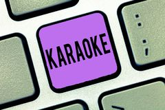 Pisać nutowym pokazuje karaoke Biznesowa fotografia pokazuje rozrywka śpiew wzdłuż instrumentalnej muzyki bawić się a obrazy stock