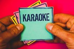 Pisać nutowym pokazuje karaoke Biznesowa fotografia pokazuje rozrywka śpiew wzdłuż instrumentalnej muzyki bawić się maszynowym Ma zdjęcie stock