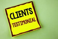 Pisać nutowym pokazuje klientom Testimonial Biznesowa fotografia pokazuje klienta ogłoszenie towarzyskie Doświadcza przegląd opin obrazy royalty free