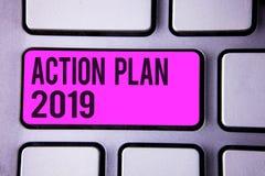 Pisać nutowym pokazuje planie działania 2019 Biznesowa fotografia pokazuje wyzwanie pomysłów cele dla nowy rok motywaci początek  zdjęcia royalty free