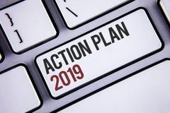 Pisać nutowym pokazuje planie działania 2019 Biznesowa fotografia pokazuje wyzwanie pomysłów cele dla nowy rok motywaci początek  zdjęcie stock