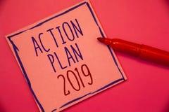 Pisać nutowym pokazuje planie działania 2019 Biznesowa fotografia pokazuje wyzwanie pomysłów cele dla nowy rok motywaci początków zdjęcie royalty free