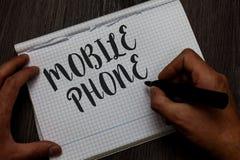 Pisać nutowym pokazuje telefonie komórkowym Biznesowa fotografia pokazuje A handheld przyrząd używać wysyłać otrzymywa wezwania i zdjęcie stock