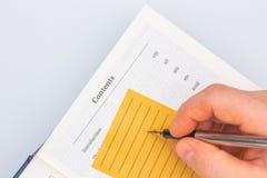 Pisać puszek informacji od gęstej książkowej encyklopedii lub manuału zdjęcia stock