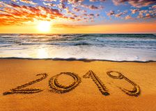 2019 pisać w piasku pisze na tropikalnej plaży zdjęcie royalty free