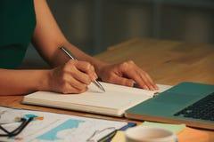 Pisać w podręczniku zdjęcia stock
