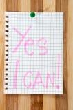 Pisać wiadomość Tak mogę na drewnianej desce jako tło Zdjęcia Stock