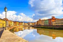 Pisa, Arno-rivier, lamp en gebouwenbezinning Lungarnomening Stock Afbeelding