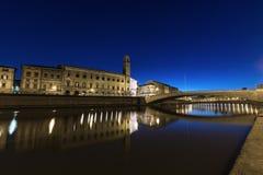 Pisa, Arno rzeka, Ponte Di Mezzo most Lungarno nocy widok Tu obrazy stock