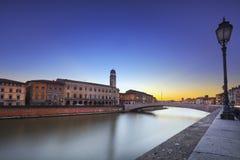 Pisa, Arno rzeka, Ponte Di Mezzo most Lungarno widok Tuscany, fotografia royalty free