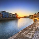 Pisa, Arno rzeka zmierzch Lungarno widok 8 370 1000 1600 1947 2010 a6gcs appx uczęszcza samochodów miast klasyka cechę Italy hist obraz stock