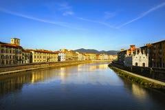 Pisa, Arno rzeka zmierzch Lungarno widok i Santa Maria della Spi obrazy stock