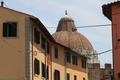 Pisa, baptistery, ściany i typowi domy miasto, Kopu?a zdjęcia stock