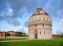 Pisa Baptistery på piazzadeien Miracoli aka Piazza del Duomo i P Royaltyfri Bild