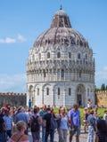 2017 Pisa Baptistery przy Duomo kwadratem PISA WŁOCHY, WRZESIEŃ 13 - Zdjęcie Stock