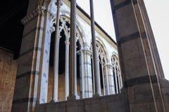 Pisa Camposanto mycket härliga gotiska fönster Arkivfoton