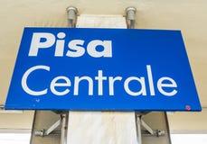 2017 Pisa Centrala znak przy dworcem PISA WŁOCHY, WRZESIEŃ 13 - Obraz Stock