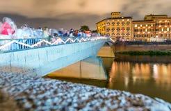 PISA, CZERWIEC - 16, 2015: Turyści i miejscowi przy nocą cieszą się sławnego Zdjęcia Stock