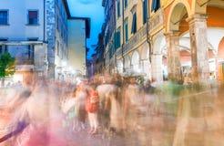 PISA, CZERWIEC - 16, 2015: Turyści i miejscowi przy nocą cieszą się sławnego Obraz Stock