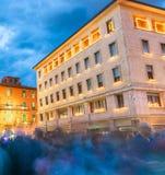 PISA, CZERWIEC - 16, 2015: Turyści i miejscowi przy nocą cieszą się sławnego Fotografia Stock
