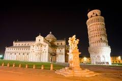 Pisa, de leunende toren bij nacht, Toscanië, Italië. Stock Foto's