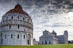 Pisa, dei Miracoli de Campo - batistério, catedral, e reboque de inclinação fotografia de stock