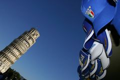 Pisa, der lehnende Kontrollturm und Italien-Schutzkappen Stockbild