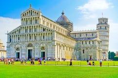 Pisa domkyrka och det lutande tornet i en solig dag i Pisa Fotografering för Bildbyråer