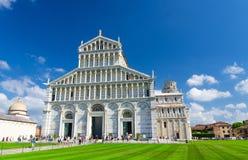 Pisa domkyrkaDuomo Cattedrale och benägenhettorn Torre på den Piazza del Miracoli fyrkanten royaltyfri fotografi