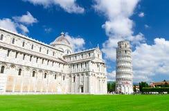 Pisa domkyrkaDuomo Cattedrale och benägenhettorn Torre på Piazza del Miracoli royaltyfria bilder