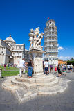 Pisa Duomo och springbrunnen med änglar i Pisa Royaltyfri Bild