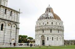 Pisa för kupol nästan torn Arkivbild