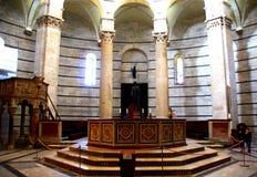 PISA, ITÁLIA - CERCA DO FEVEREIRO DE 2018: Fonte do batistério no quadrado dos milagre fotografia de stock royalty free