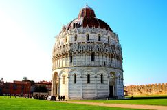 PISA, ITÁLIA - CERCA DO FEVEREIRO DE 2018: O Baptistery no quadrado dos milagre fotografia de stock royalty free