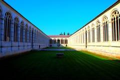 PISA, ITÁLIA - CERCA DO FEVEREIRO DE 2018: O interior do cemitério monumental no quadrado dos milagre imagem de stock