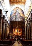 PISA, ITÁLIA - CERCA DO FEVEREIRO DE 2018: O interior da catedral de Pisa no quadrado dos milagre fotografia de stock