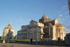 Pisa, Itália - setembro 03,2017: Catedral de Pisa e Baptistery bonitos de Pisa no céu azul e na nuvem foto de stock royalty free