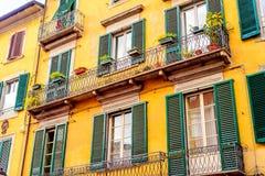 Pisa Italië, kleurrijk voorgevelhuis met de houten Architectuur van blindenpisa stock foto's