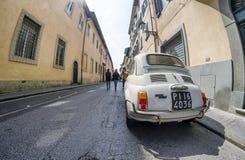 PISA - ITALIË - MAART 2014: Fiat 500 in een stadsstraat die wordt geparkeerd E Stock Foto